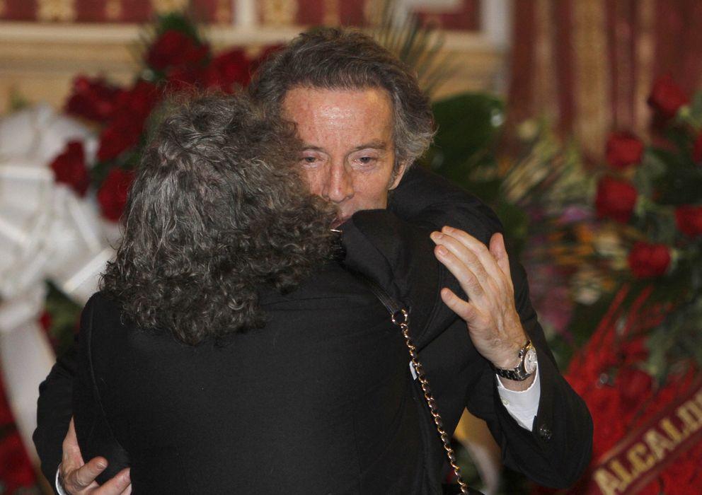 Foto: Alfonso Díez, durante el velatorio de la duquesa de Alba en Sevilla (Gtres)