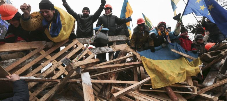 Foto: Manifestantes a favor del acuerdo con la UE en sus barricadas de la Plaza de la Independencia de Kiev (Reuters).
