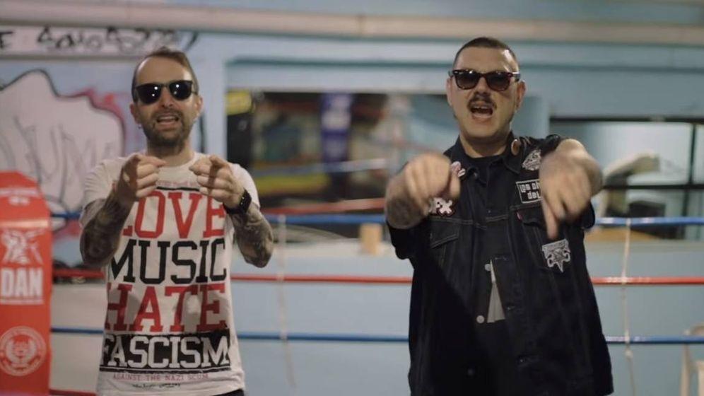 Foto: Los Chikos del Maíz, en un momento del videoclip de su canción 'No pasarán' (YouTube)