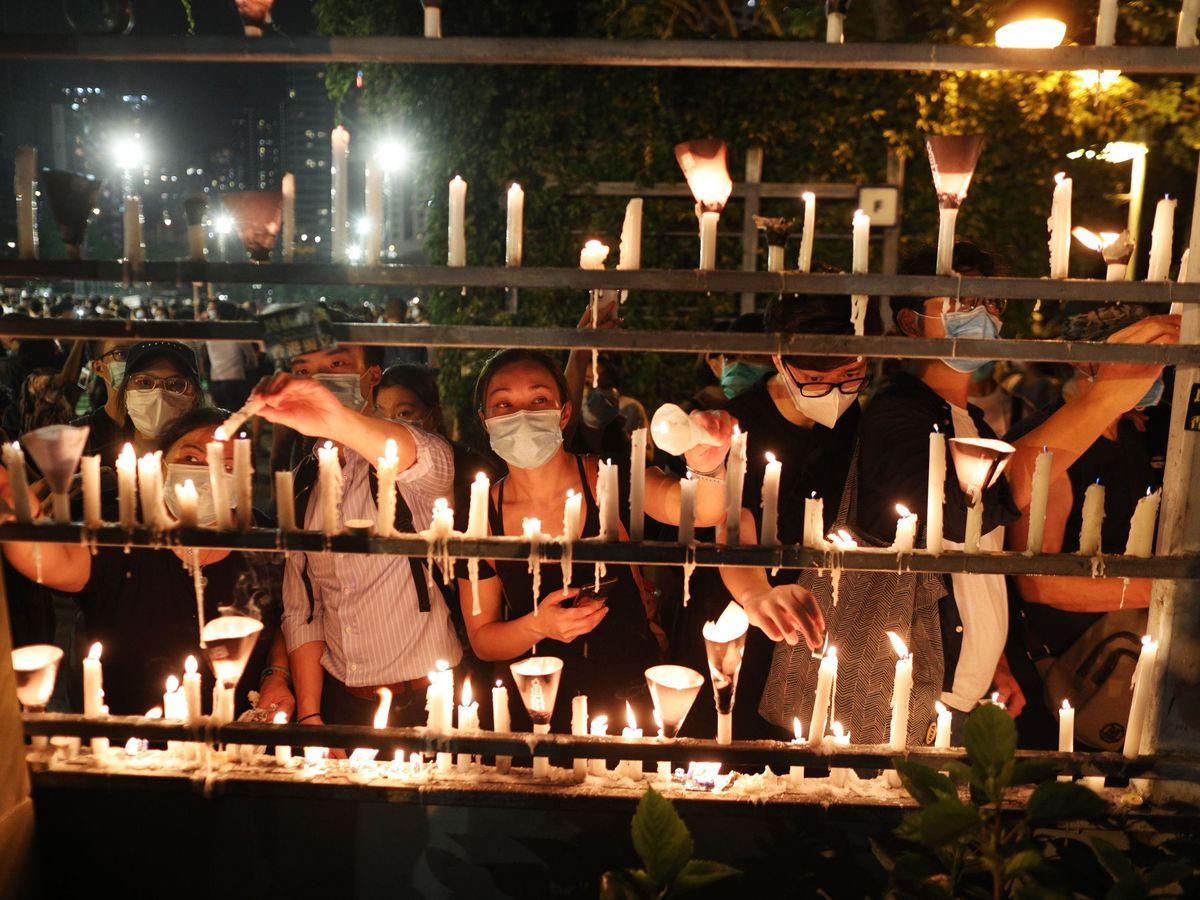 Foto: Vigilia por Tiananmen en Hong Kong pese a las prohibiciones. (Reuters)