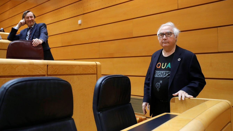 La camiseta de la polémica: Manuel Castells y su look en el Senado viral en redes