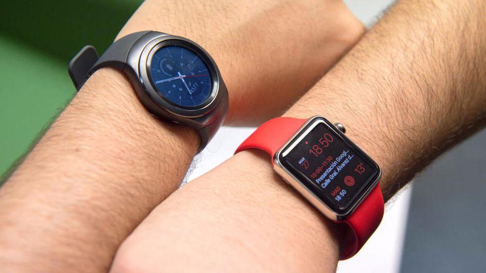 Foto:  El Samsung Gear S2 (arriba) junto al Apple Watch.