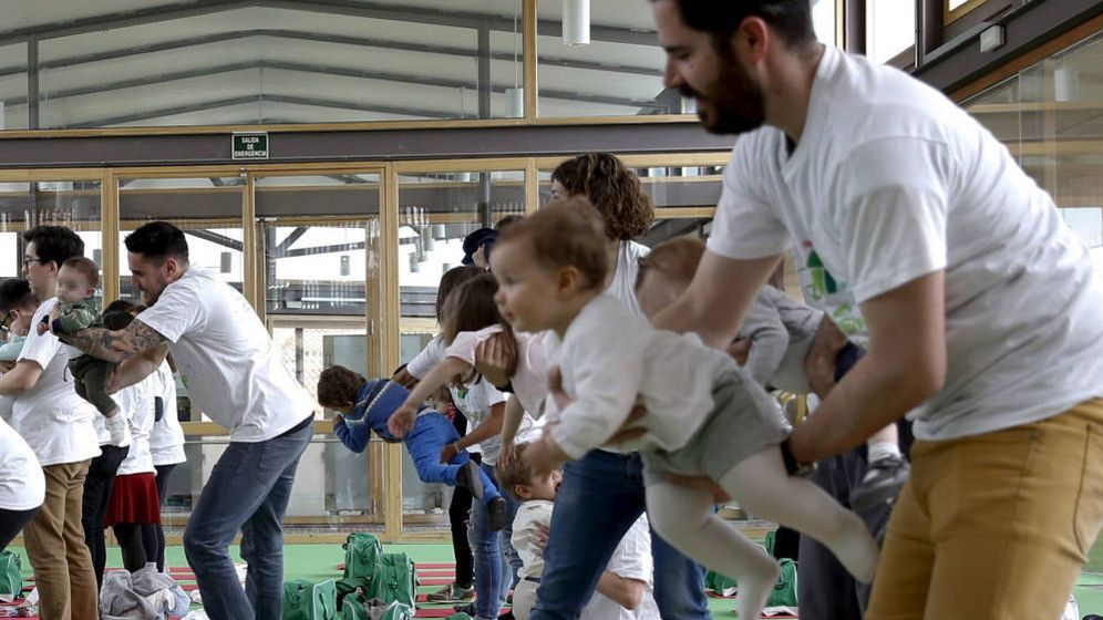Foto: Varios padres juegan con sus hijos en una actividad organizada. (EFE)
