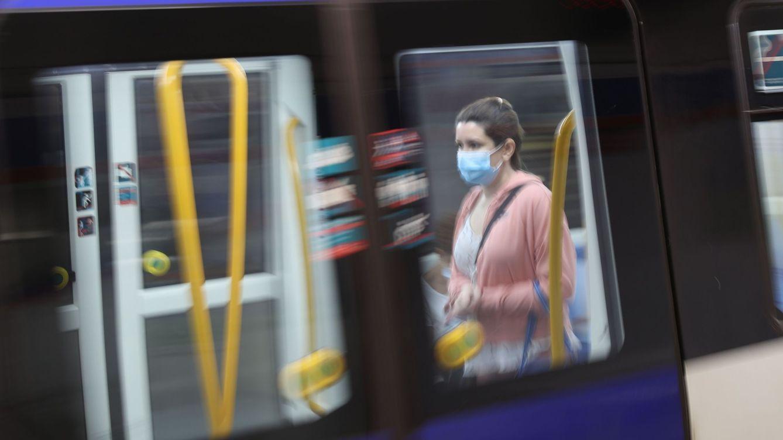 Foto: Una usuaria de Metro de Madrid protegida con mascarilla (EFE)