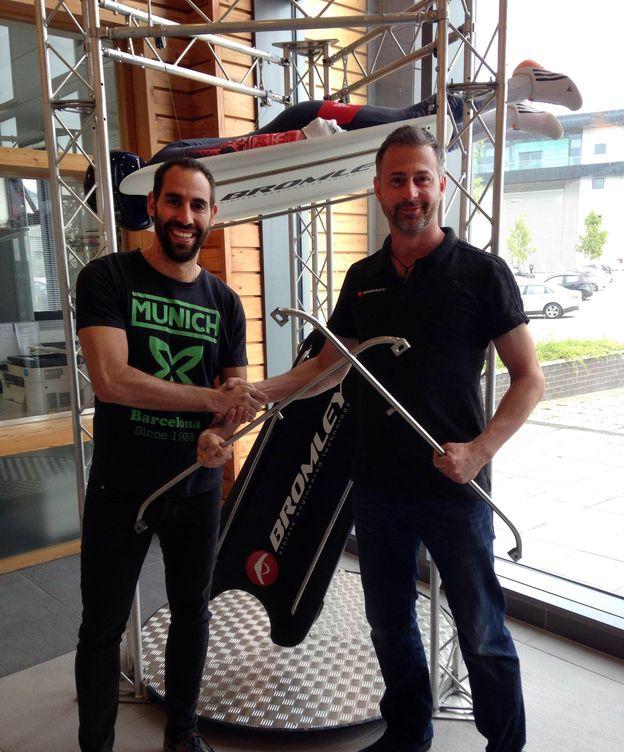Foto: Ander Mirambell y Richard Bromley con la nueva máquina.