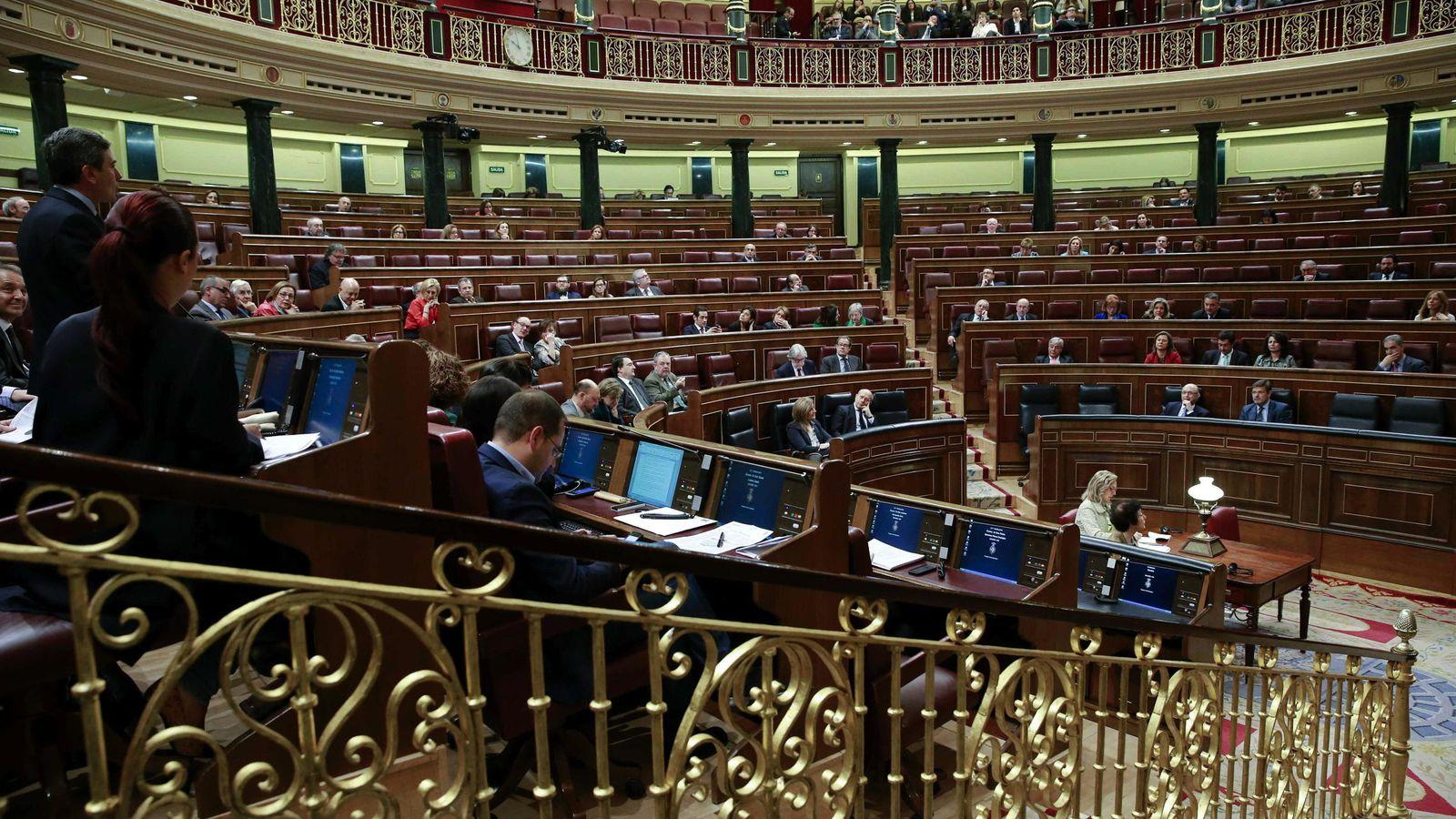 Foto: Vista general del hemiciclo durante una sesión de control al Gobierno. (Efe)