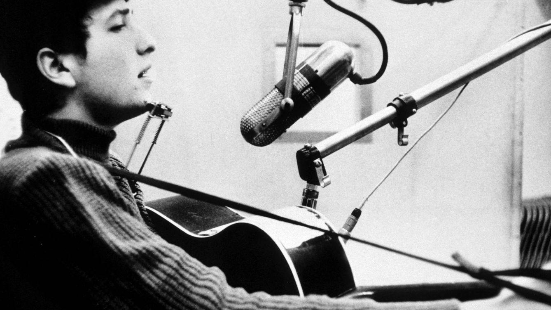 Foto: Dylan, durante la grabación de su disco de debut en 1962. (Cordon Press)
