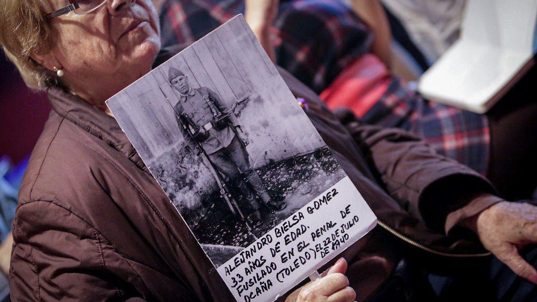 Una mujer sostiene la foto de un fusilado por el franquismo. (José Camó)