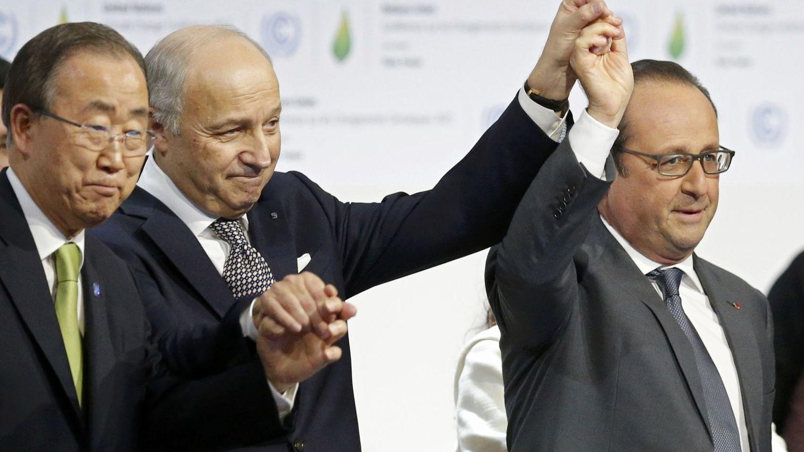 Foto: Ban Ki Moon, Lauren Fabius y François Hollande celebran el acuerdo en la Cumbre del Clima de París