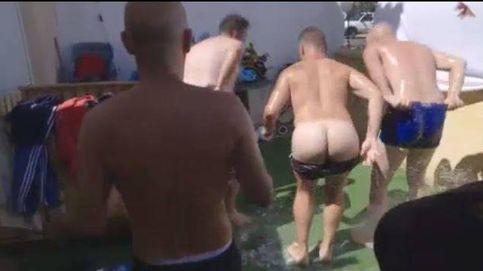 Los chicos de la granjera Rocío la deleitan con un striptease