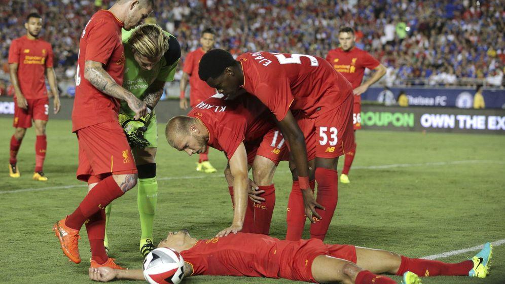 Foto: Futbolistas del Liverpool se interesan por el estdo de un compañero tras recibir un golpe en la cabeza. Foto: EFE Mike Nelson