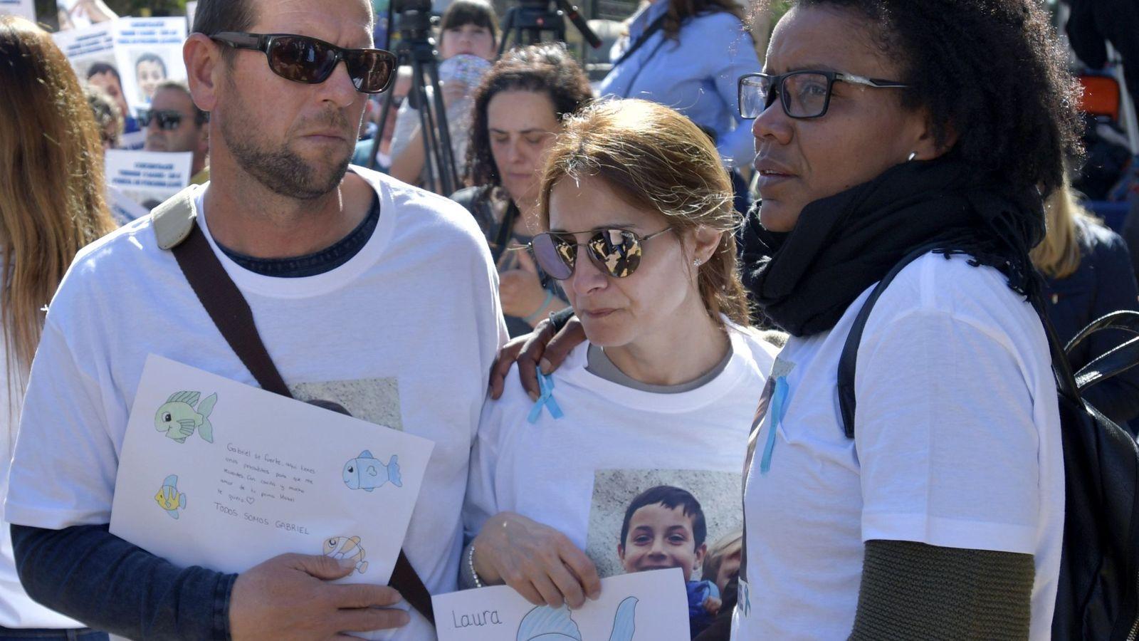 Foto: Ana Julia (d), la pareja del padre del menor que ha sido detenida cuando transportaba el cadáver de Gabriel en su maletero. (EFE)