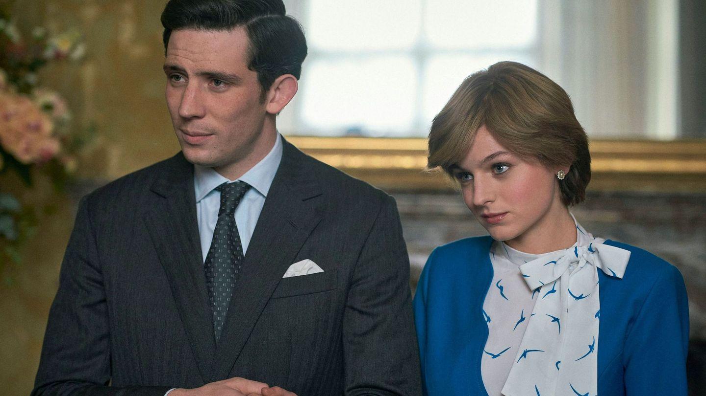 Josh O'Connor y Emma Corrin, en 'The Crown'. (EFE)