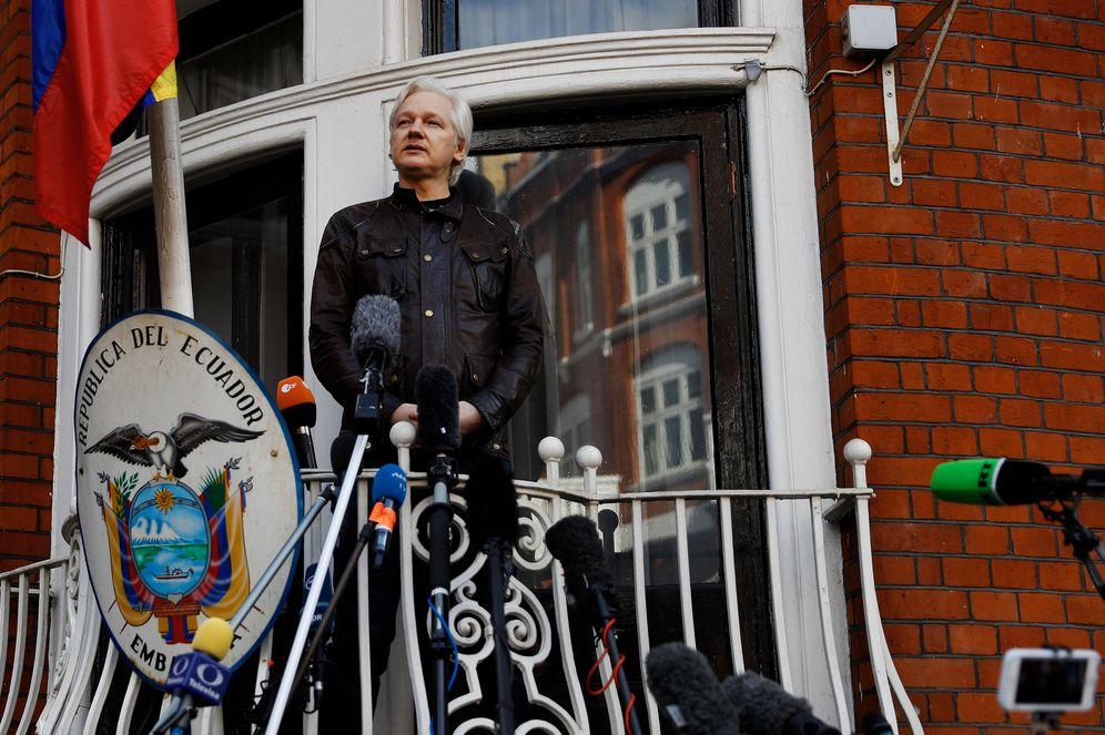 Foto: Julian Assange, en el balcón de la embajada ecuatoriana en Londres, en mayo de 2017. (Reuters)