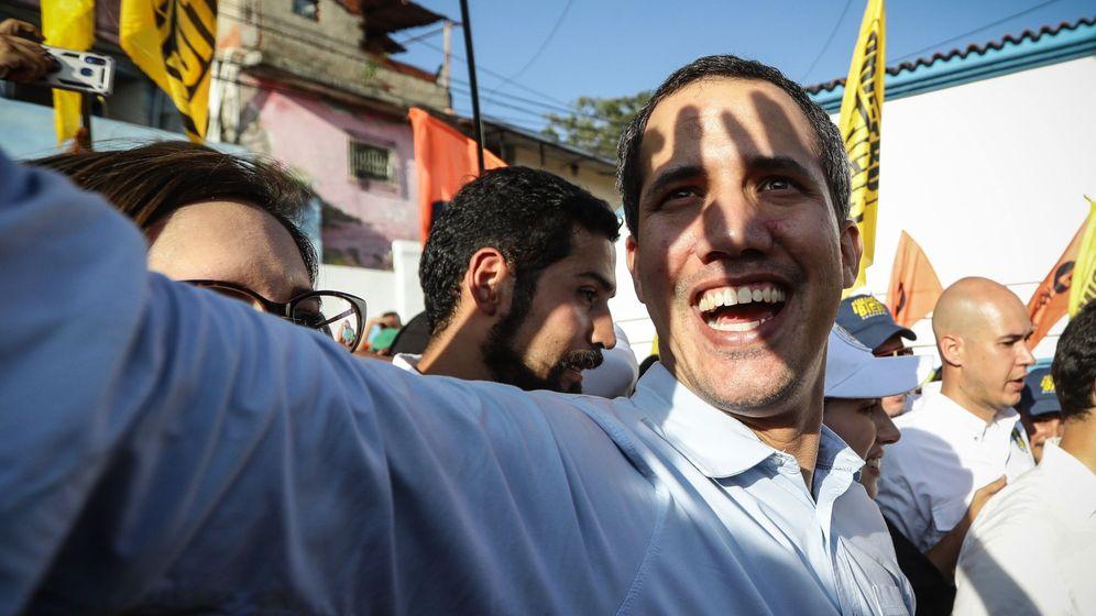 Foto: El jefe del Parlamento de Venezuela, Juan Guaidó saluda simpatizantes este sábado en Caracas (Venezuela). (EFE)