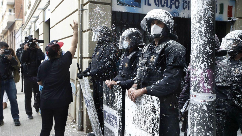 Agentes en el desahucio del bloque Llavors. (EFE)