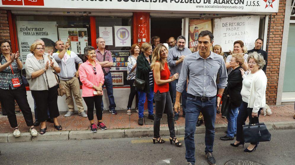 Foto: El candidato a la secretaría General del PSOE Pedro Sánchez sale de la agrupación de Pozuelo de Alarcón. (EFE)