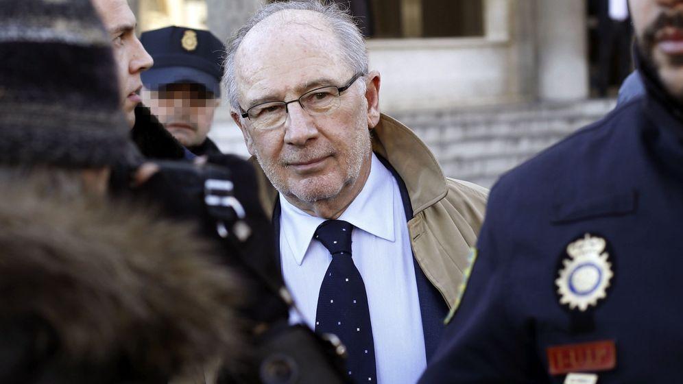 Foto: El expresidente de Bankia Rodrigo Rato, a su salida de los juzgados de la madrileña Plaza de Castilla. (EFE)
