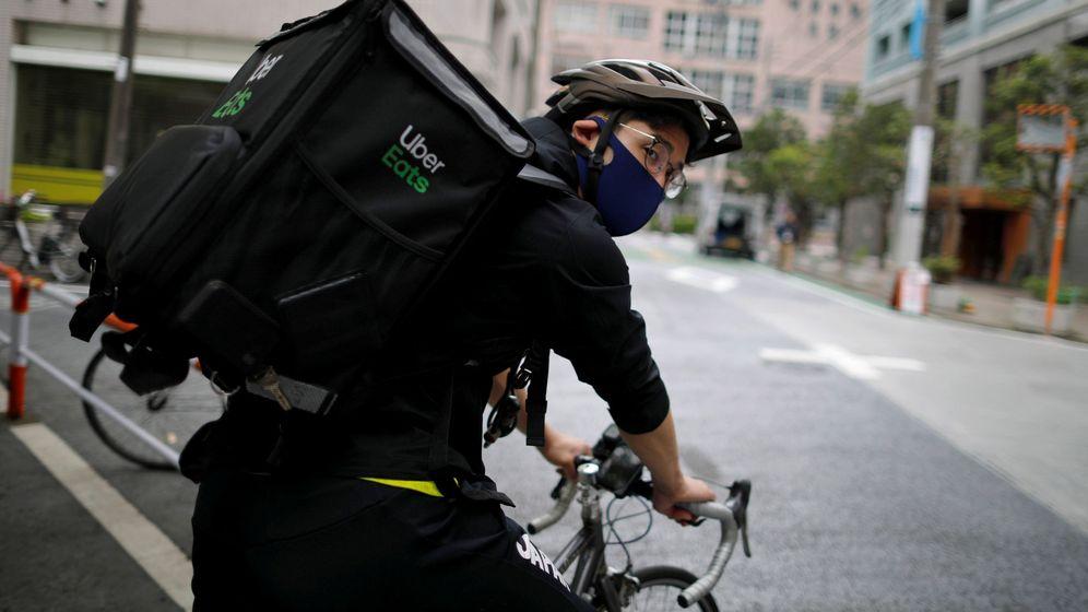 Foto: Ryo Miyake ha cambiado el florete por la bicicleta y la mochila (Reuters/Issei Kato)
