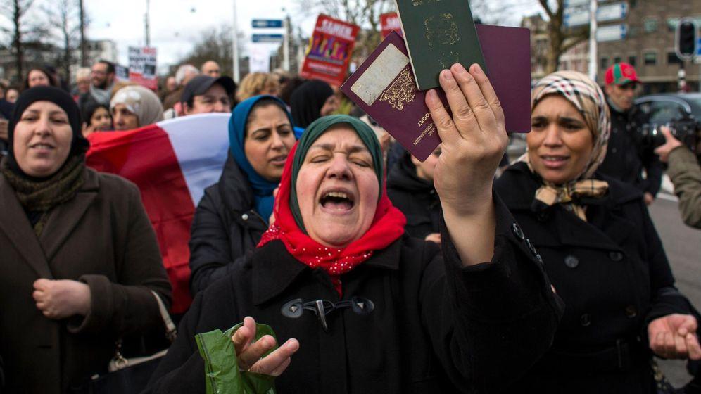Foto: Una mujer muestra sus pasaportes marroquí y holandés durante una protesta contra Geert Wilders en Amsterdam. (Reuters)