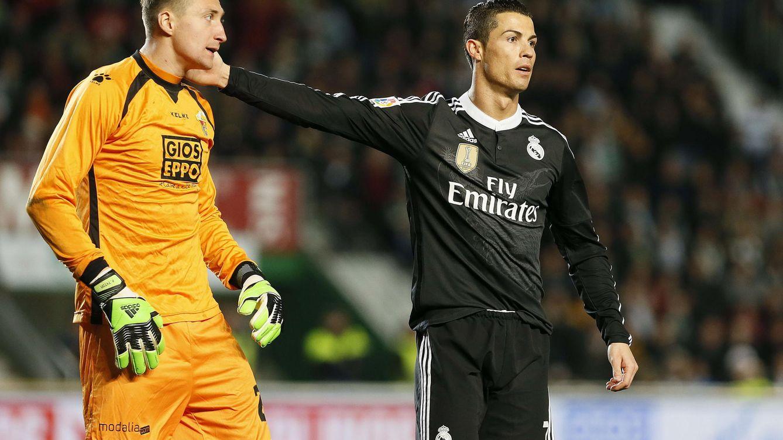 Foto: Cristiano Ronaldo felicitando a Tyton, meta del Elche, por una intervención
