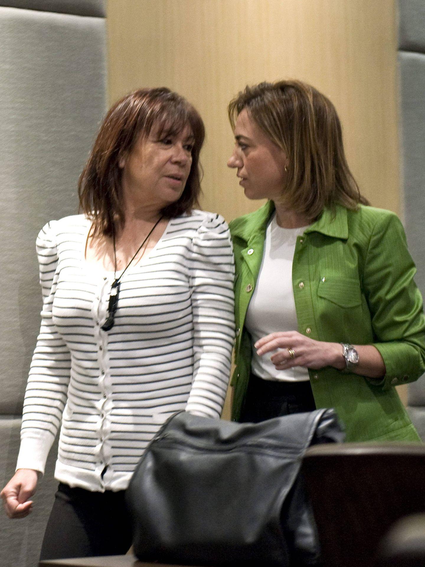 Carme Chacón con la exministra Cristina Narbona, en enero de 2012, poco antes del 38º Congreso Federal. (EFE)