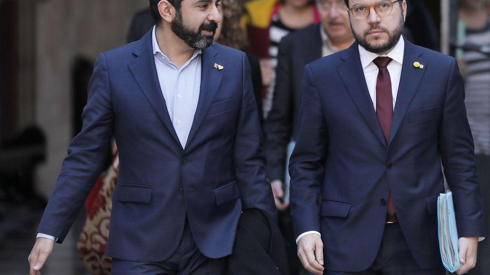 Foto: El vicepresidente de la Generalitat, Pere Aragonés, acompañado por el conseller de Trabajo y Familia, Chakir El Homrani (i), en una imagen de 2019. (EFE)