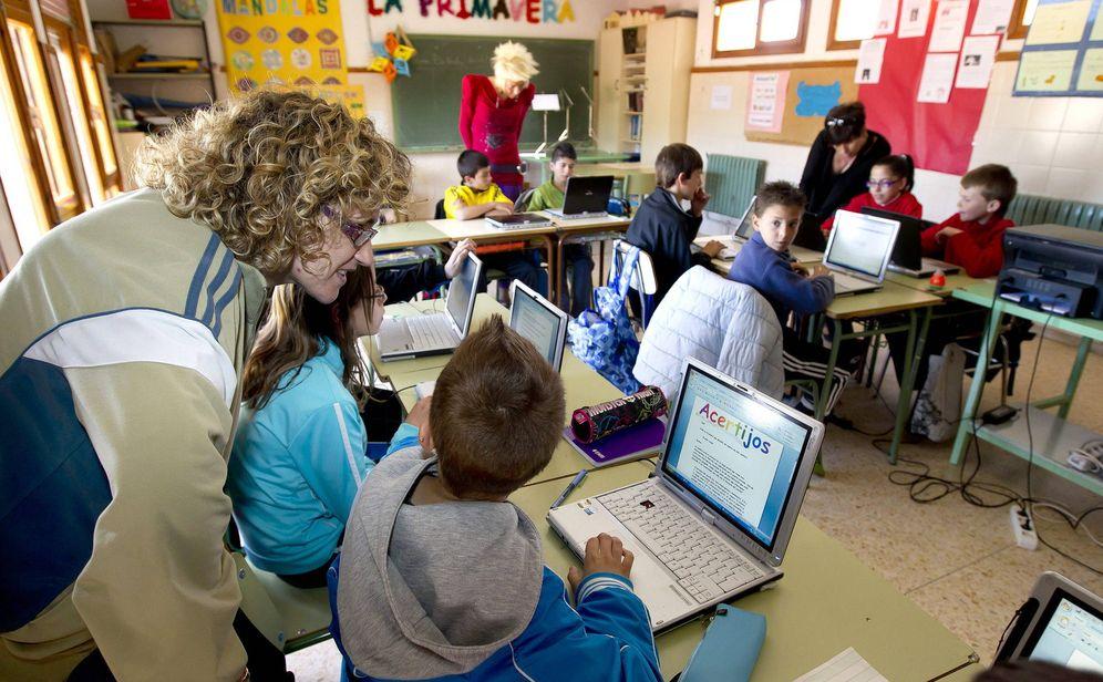 Foto: Alumnos de un colegio de Teruel dando clases con ordenadores (EFE)