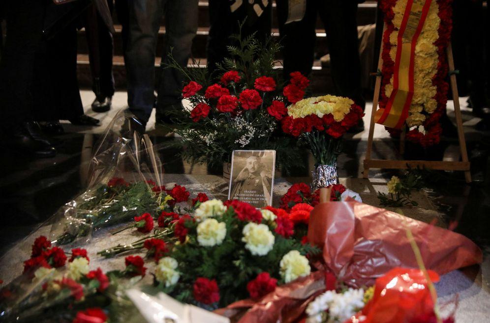 Foto: Flores en la tumba de Francisco Franco en el Valle de los Caídos, en el 43 aniversario de su muerte, el pasado 20 de noviembre. (Reuters)