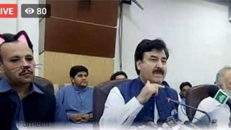 Un político pakistaní retransmite una rueda de prensa con un filtro de gatos activado