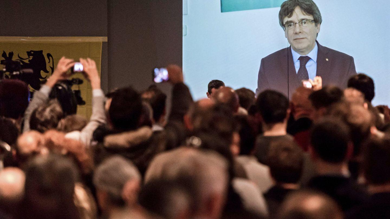 El 'expresident' Carles Puigdemont, en un vídeo en el que ofrece un discurso a los jóvenes seguidores del partido Nueva Alianza Flamenca (N-VA) en Lovaina. (EFE)
