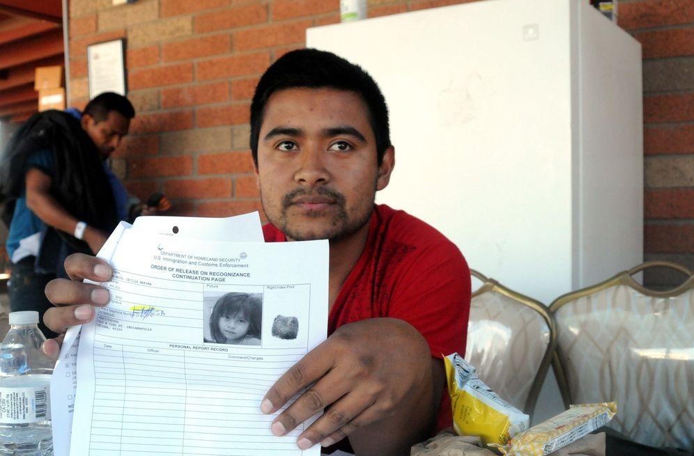 Foto: El guatemalteco José Leones, de 25 años, muestra la orden de liberación de su hija Cecilia, de 4 años, a su llegada a un refugio en Phoenix, Arizona. (EFE)