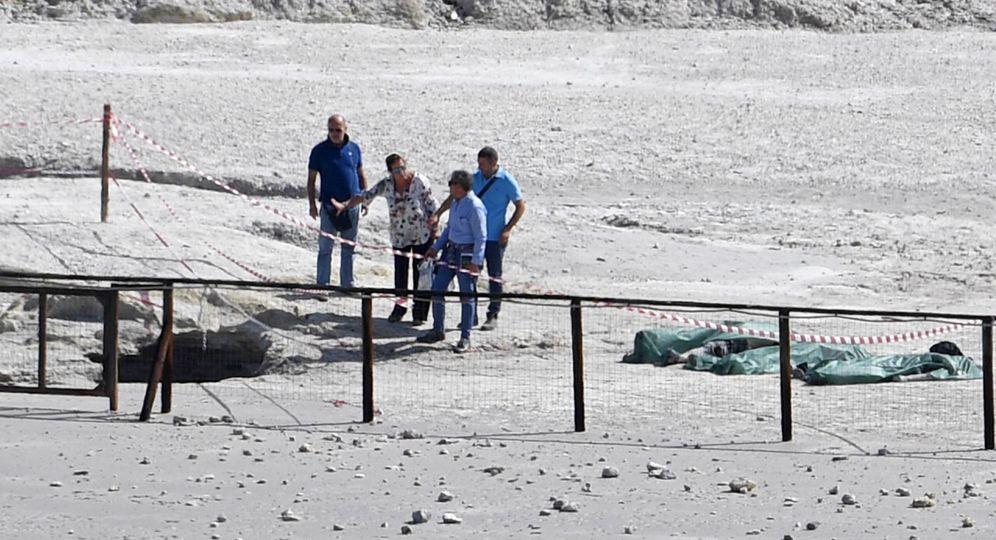 Foto: Bolsas cubren los cuerpos de las tres personas fallecidas en el cráter volcánico Solfatara en Pozzuoli. (EFE)