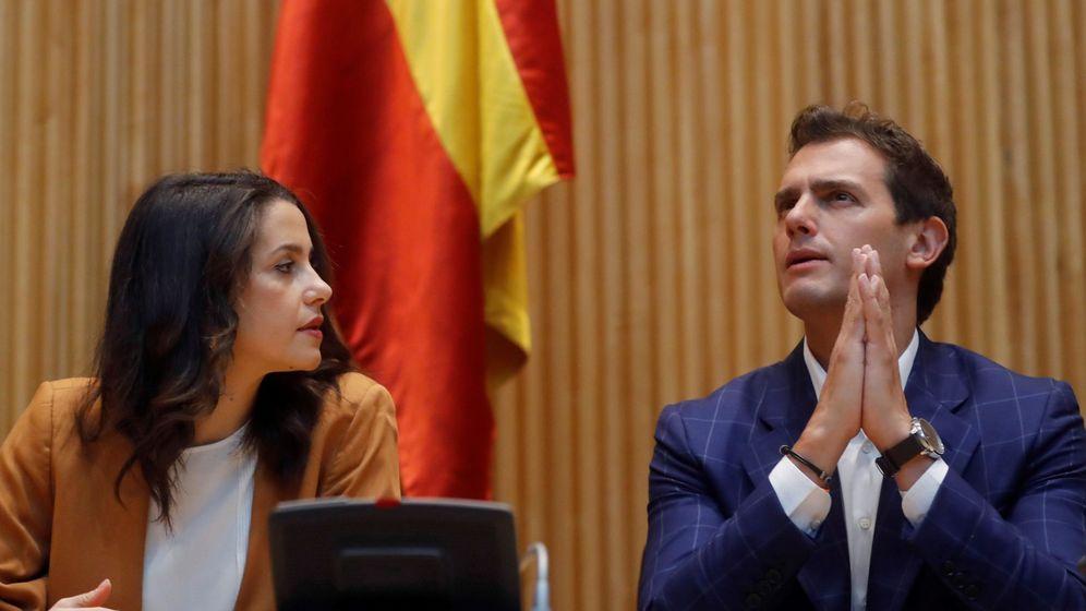 Foto: El presidente de Ciudadanos, Albert Rivera, y la diputada Inés Arrimadas, en la reunión del grupo parlamentario en el Congreso. (EFE)