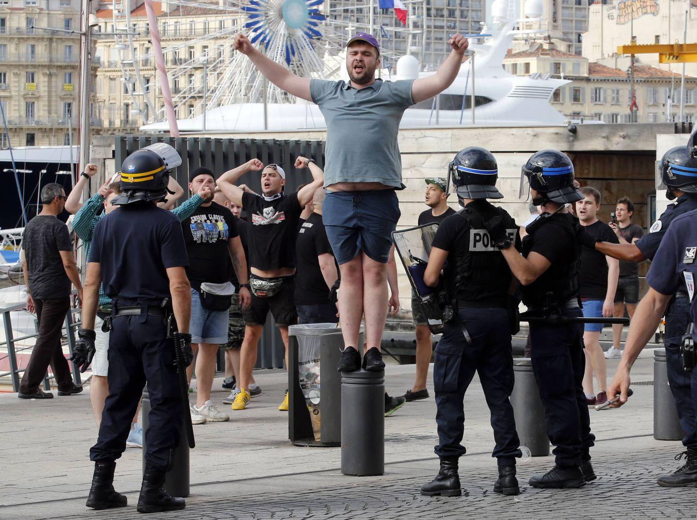 Foto: Un aficionado ruso provoca a hinchas ingleses durante los enfrentamientos previos al partido entre Rusia e Inglaterra en Marsella, Francia (Reuters).