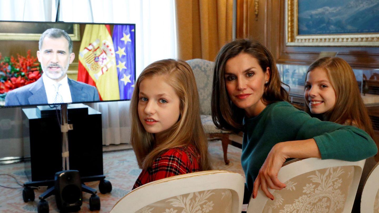 La reina Letizia, la princesa Leonor y la infanta Sofía viendo el discurso del rey Felipe. (EFE)