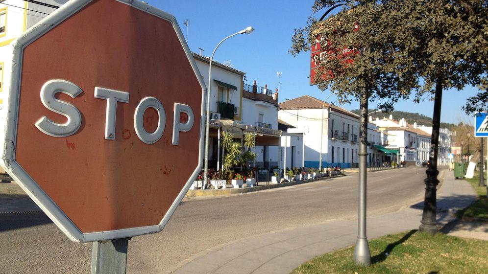 Foto: Entrada al pueblo sevillano de 'El Pedroso'. (Agustín Rivera)