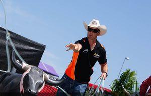 Edwards, el piloto 'cuarentón' que masca tabaco, se baja de la moto