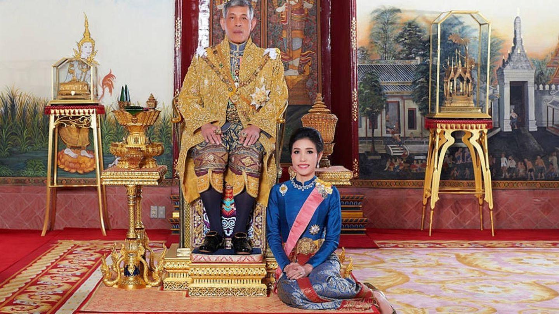 El rey, con la consorte repudiada. (Reuters)