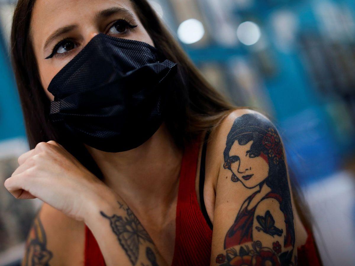 Foto: Una mujer posando con sus tatuajes. Foto: EFE David Fernández