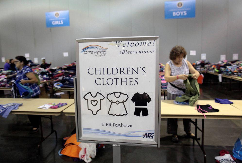 Foto: Voluntarios ordenan ropa donada para refugiados caribeños en un centro de San Juan, Puerto Rico. (Reuters)