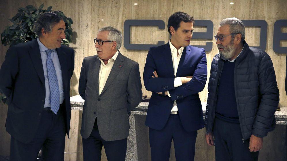 Foto: El presidente de CEOE, Juan Rosell (i), el secretario general de UGT, Cándido Méndez (d), y de CCOO, Ignacio Fernández Toxo (2ºi), posan antes de la reunión con el presidente de Ciudadanos, Albert Rivera (2ºd), hoy en Madrid (Efe)