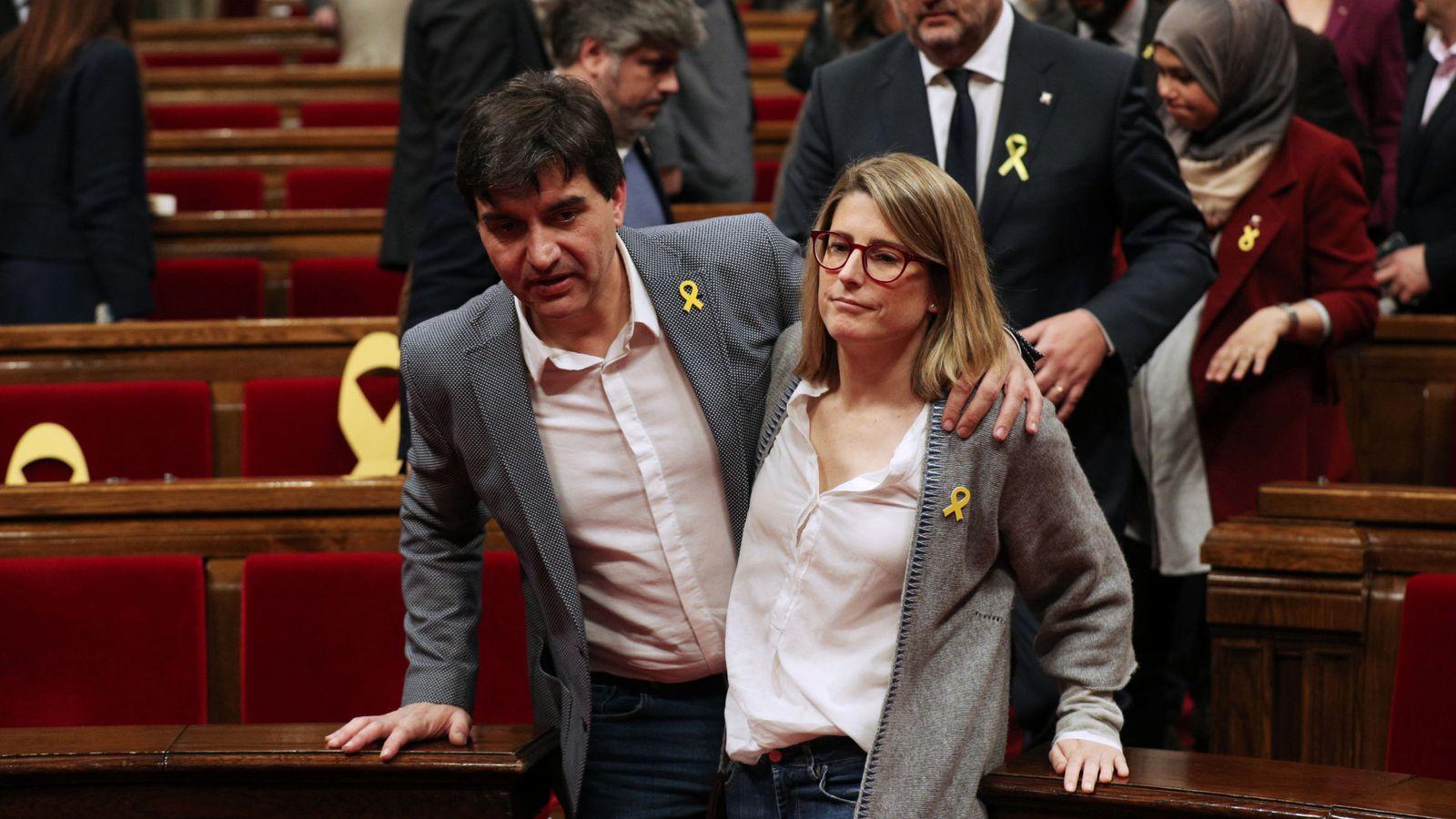 Foto: La líder de JxCAT, Elsa Artadi, abandona el Parlament con el portavoz de ERC, Sergi Sabrià. (Reuters)