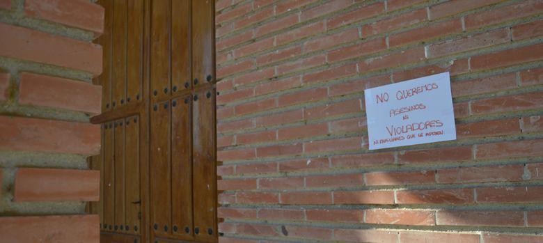 Foto: Un cartel, en la fachada de la iglesia de una población de Valladolid.