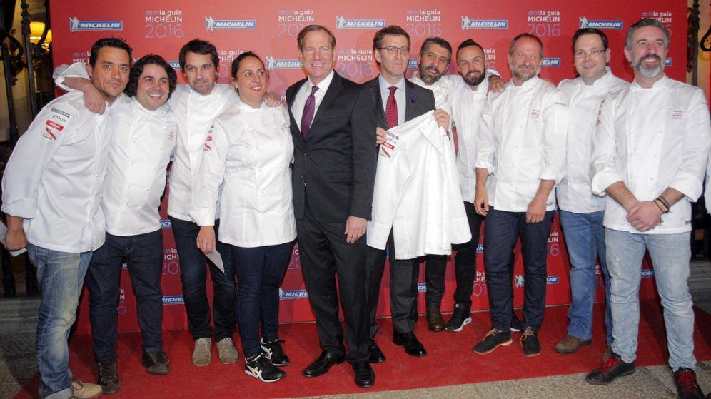 Foto: Los cocineros españoles galardonados con una estrella Michelín posan con el presidente de la Xunta, Alberto Núñez Feijoo (EFE)