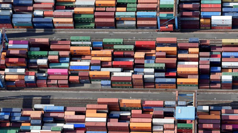 Foto: File photo: aerial view of containers at a loading terminal in the port of hamburg