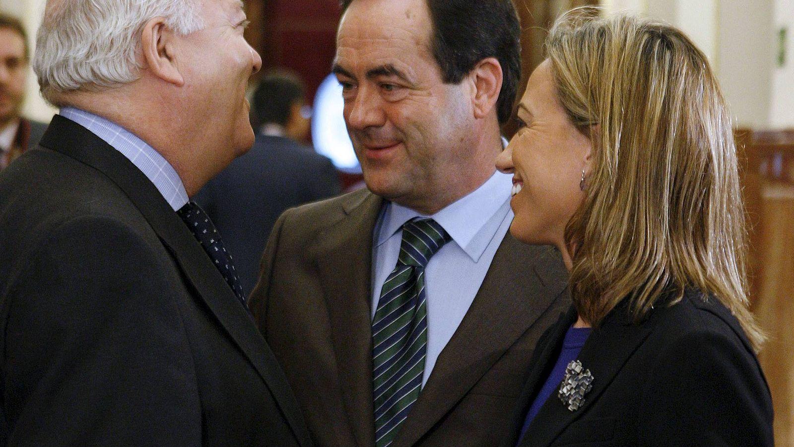 Foto: Miguel Ángel Moratinos y Carme Chacón charlan con el exministro y expresidente del Congreso José Bono, en febrero de 2010, en el Congreso. (EFE)