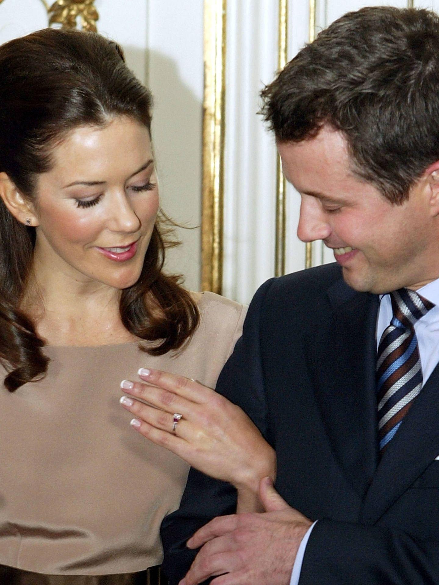 Federico, junto a Mary de Dinamarca, que muestra su anillo de compromiso. (Getty)