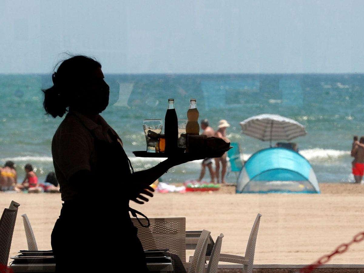 Foto: Una camarera en la playa de la Malvarrosa. (EFE)