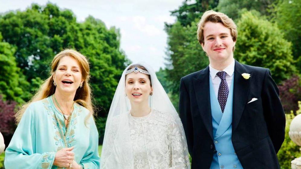 Foto:  La princesa Raiyah de Jordania, con su madre y su marido. (Arabian Royal Agency)